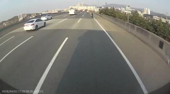 지난 4월 2일 대구 달성군 중부내륙고속도로 인근 사고 블랙박스 영상 [사진 트럭 운전기사 제공]