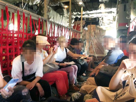태풍 '위투'의 영향으로 사이판에 고립됐던 한국인 관광객들이 28일 군 수송기를 타고 괌으로 이동하고 있다. 정부는 오늘(29일)까지 고립됐던 한국인 관광객 1600여 명을 귀국시킬 계획이다. [연합뉴스]