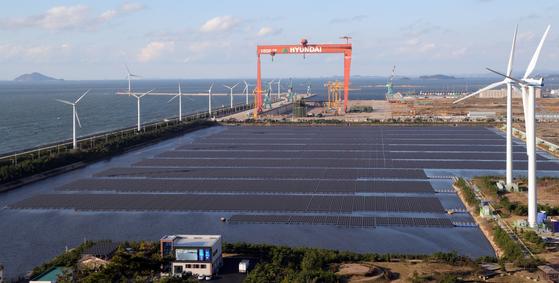 29일 오후 전북 군산시 군산2산업단지 유수지에 국내 최대 규모의 수상 태양광 발전소가 들어서 있다. 정부는 2022년까지 새만금에 원자력 발전기 4기 용량에 해당하는 태양광 풍력발전단지를 건설할 계획이다.