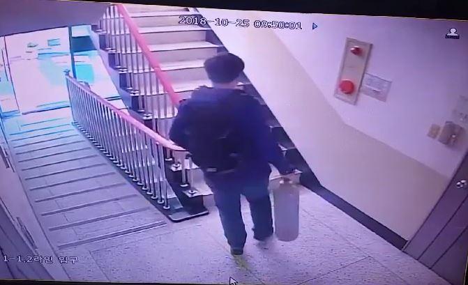 부산 일가족 4명을 살해한 것으로 추정되는 용의자 신모(32)씨가 아파트로 들어가는 모습. [사진 부산경찰청]