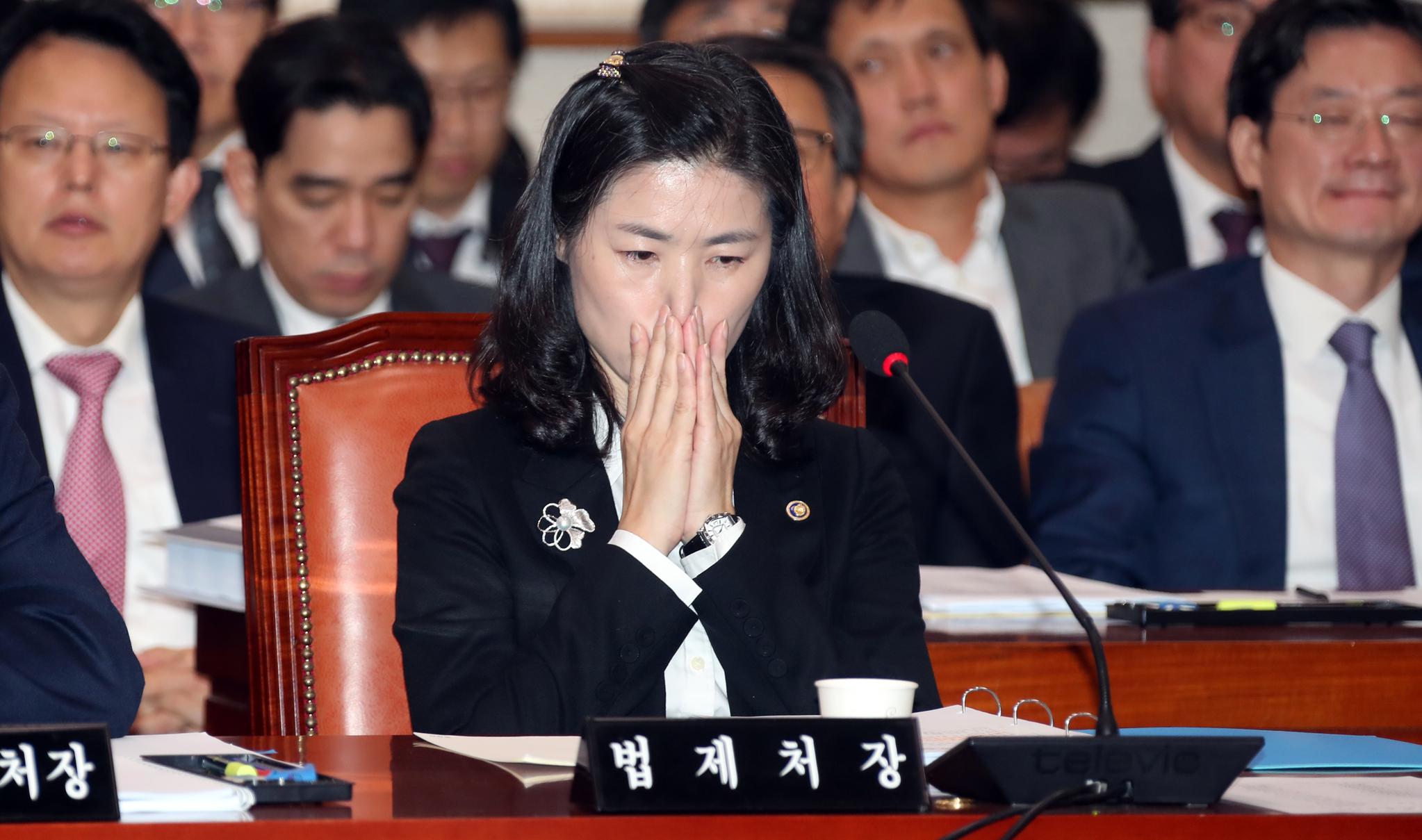 국회 법제사법위원회의 국정감사가 29일 국회에서 열렸다. 김외숙 법제처장이 의원들의 질의를 듣고 있다. 변선구 기자