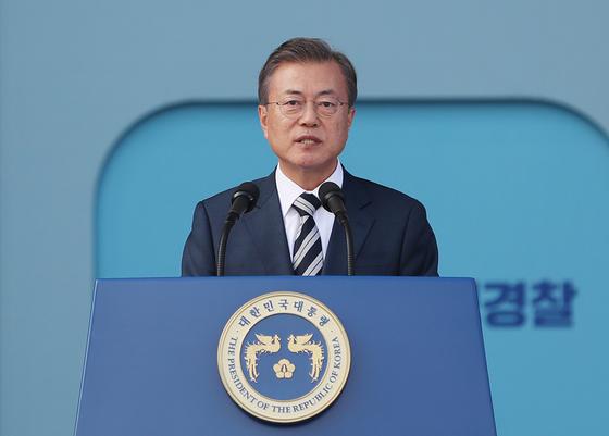 문재인 대통령이 25일 오후 서울 용산구 백범기념관에서 열린 제73주년 경찰의 날 기념식에서 축사하고 있다. [뉴스1]