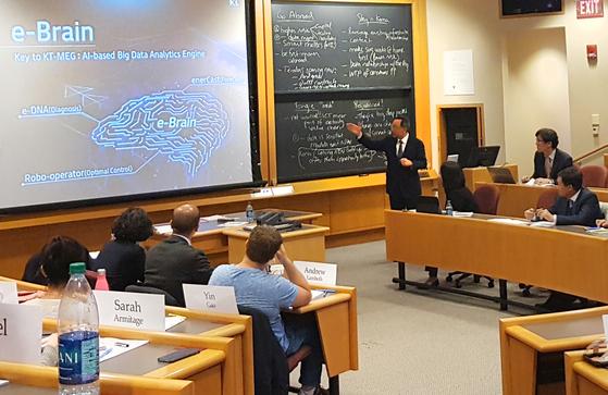 황창규 KT 회장이 지난 26일(현지시간) 미국 매사추세츠주 보스턴에 있는 하버드대 비즈니스스쿨에서 'KT 스마트에너지 사업'을 주제로 강연하고 있다. [보스턴=연합뉴스]