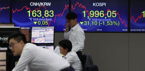 코스피가 닷새째 하락하면서 31.10p(1.53%) 내린 1,996.05로 마감한 29일 서울 을지로 keb하나은행 딜링룸에 직원들이 업무를 보고 있다. 우상조 기자