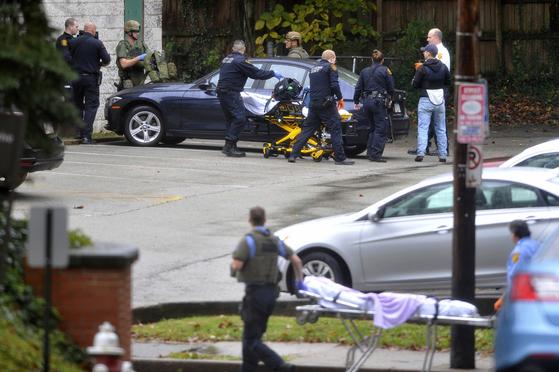 반유대주의자의 총기난사 사건이 벌어진 피츠버그시 유대교 회당인근 모습. [AP=연합뉴스]