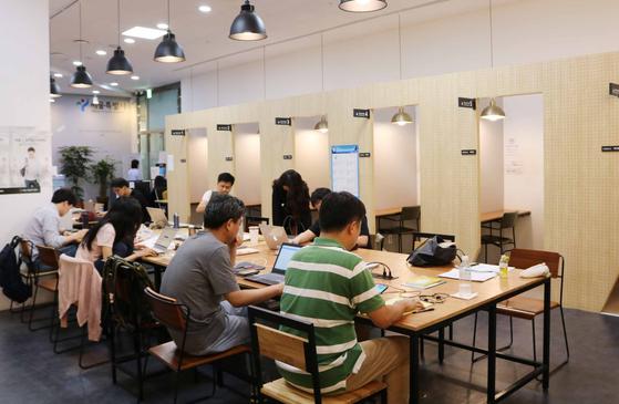서울시청년일자리센터 공용 스터디룸 모습. 40대 구직자들도 청년들과 함께 공부한다. 양영유 기자