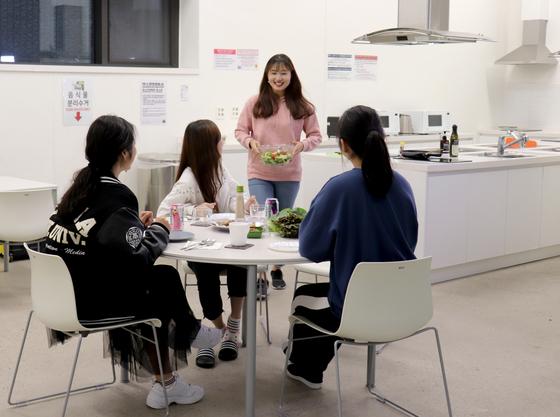 이화여대 신축 기숙사 E-하우스 학생들이 공용 식사 공간 '쿠킹스튜디오'에서 함께 식사를 준비하고 있다. [사진 이화여대]