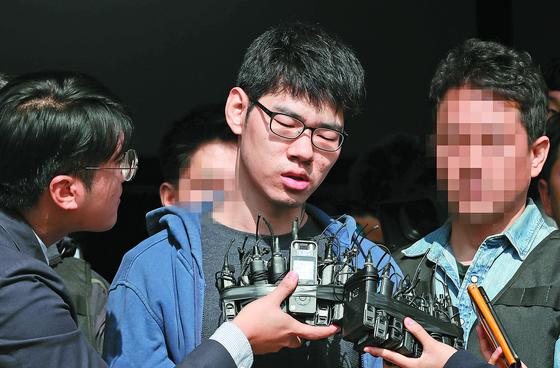 강서 PC방 살인사건의 피의자 김성수가 22일 오전 서울 양천경찰서에서 공주 치료감호소로 가기 위해 경찰서를 나서며 취재진의 질문에 답하고 있다. [연합뉴스]