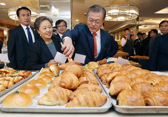 문재인 대통령이 30일 오후 전북 군산 빵집 이성당을 찾아 빵을 고르고 있다. [사진 청와대사진기자단]