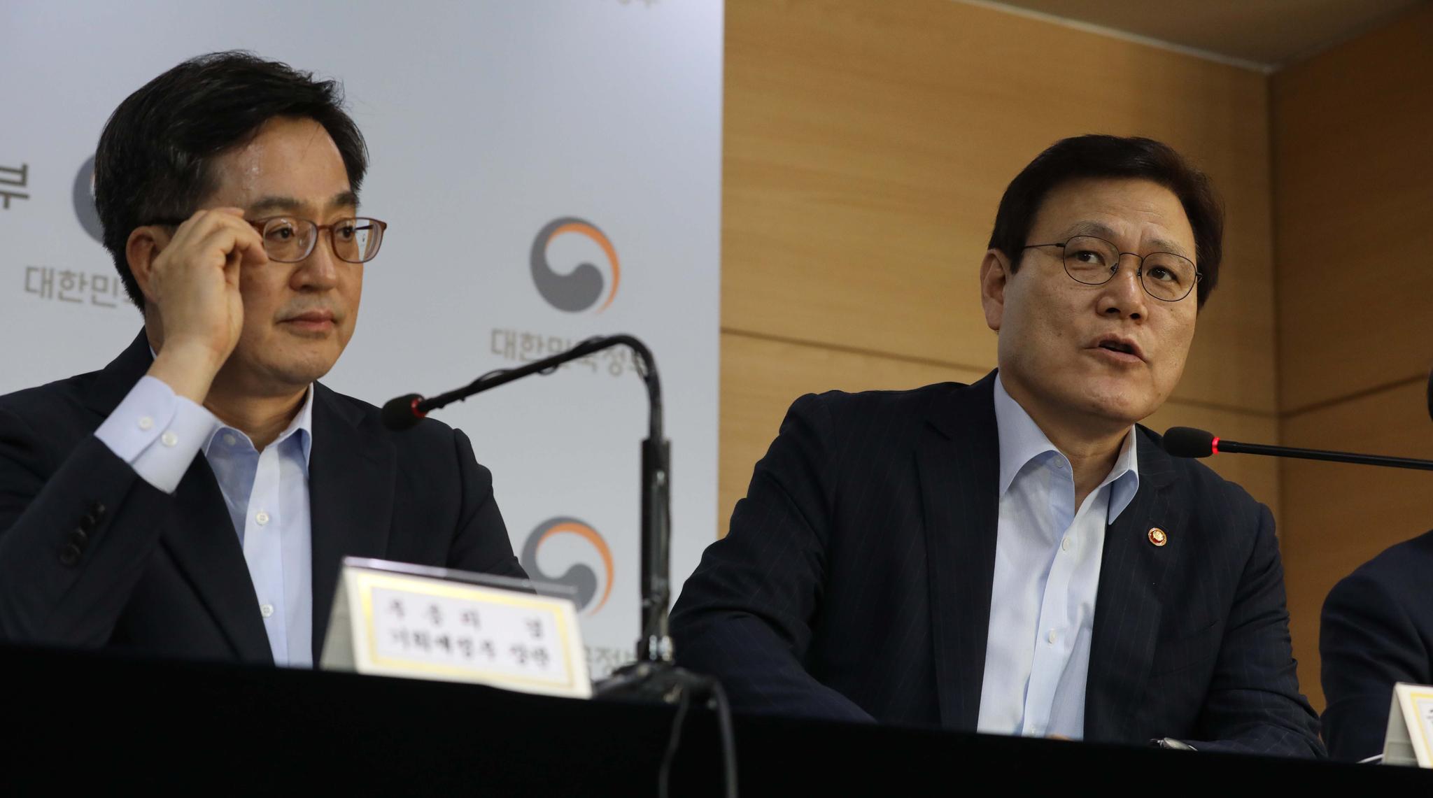 김동연 부총리와 최종구 금융위원장. 김경록 기자