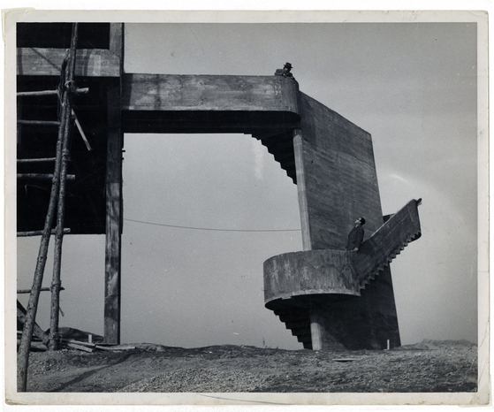 1956년 김중업이 설계한 건국대 도서관 공사 현장. 그는 '건축은 예술이어야 한다'고 일관되게 주장했다.  [사진 김중업건축박물관 소장]