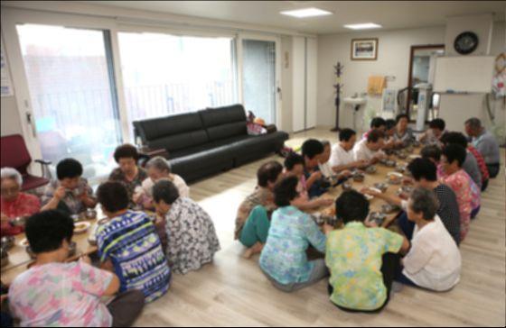 함께 사는 노인 임대주택인 셰어하우스 보린주택에서 입주자들이 함께 식사하고 있다. 공동체 주택은 식사 외에도 공동 공간을 넓혀 타인과 함께 하는 여러가지 취미생활이나 프로그램의 개발이 필요하다. [중앙포토]