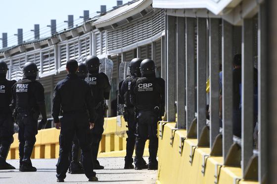 트럼프, 급기야 멕시코 국경에 대규모 병력 배치