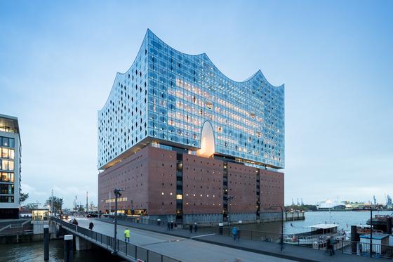 복합 공간 함부르크 엘프 필하모니.호텔과 아파트, 대규모 콘서트홀, 오피스 등이 입주했다. 2003년에 개념 설계를 마치고 2016년에 완성됐다. [사진 Iwan Baan 촬영, Herzog & de Meuron 제공]