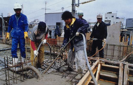 일본 건설 업종에서 서로 다른 공정과 작업을 동시에 맡아 일할 수 있는 '다능공(多能工)'에 대한 수요가 늘고 있다. 사진은 일본의 한 건설 현장에서 콘크리트 작업을 하는 모습. [중앙포토]