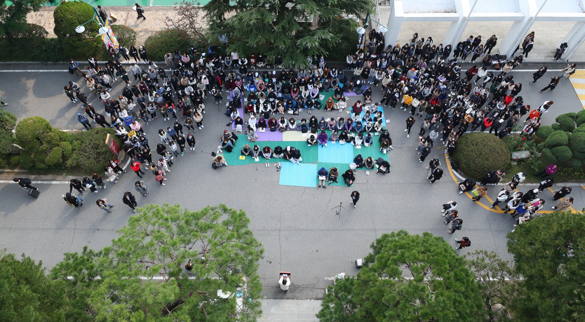 지난 15일 오후 서울 성북구 동덕여대 본관 앞에서 학생들이 '안전한 동덕여대를 위한 민주동덕인 필리버스터'를 진행하고 있다.   [연합뉴스]