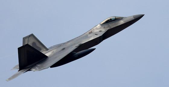 지난해 12월 한미 연합공중훈련인 비질런트 에이스(Vigilant Ace) 훈련에 참가한 미군의 F-22 랩터 전투기가 착륙하기 위해 접근하고 있다. [연합뉴스]