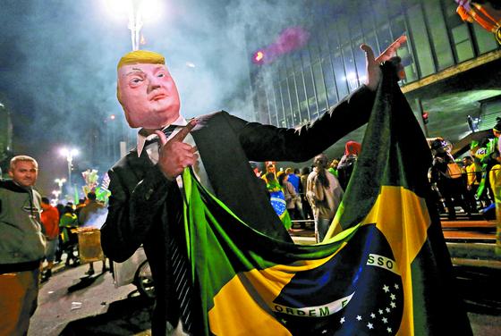 트럼프 미국 대통령의 가면을 쓰고 나온 보우소나루 지지자의 모습. '브라질의 트럼프'로 불리는 보우소나루는 신임 대통령에 선출됐다. [AP=연합뉴스]