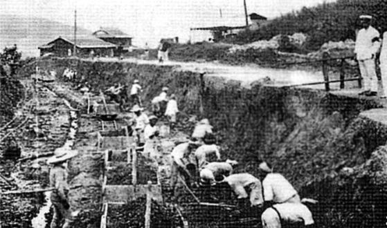 일제시대 강제징용된 조선인들이 토목공사 현장에서 노역을 하고 있다. [사진 해외교포문제연구소]