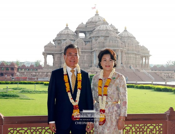 지난 7월 인도를 국빈방문한 문재인 대통령과 김정숙 여사가 뉴델리에서 힌두교를 대표하는 성지인 '악샤르담 힌두사원'을 방문해 기념촬영을 하고 있다. [사진 청와대 제공]