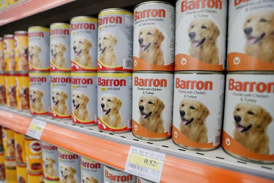 강아지 전용 간식이 마트에 진열돼 있다. 미중무역 갈등으로 중국내 미국산 반려동물 식품 수입이 어려워졌다. [로이터=연합뉴스]
