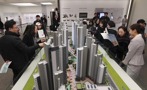 서울 서초구 서초동 서초우성 1차를 재건축하는 래미안 리더스원 견본주택. 실제 분양가가 예상보다 높아 의아해 하는 방문객이 많다.