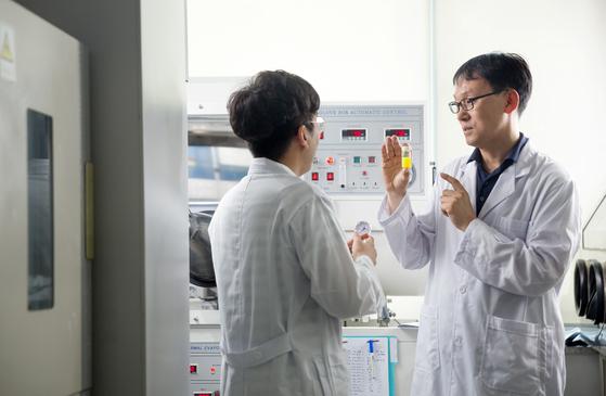 """김진영 교수가 연구실에서 유기태양전지 실험을 하고 있다. 김 교수는 '최근에는 유기태양전지 효율이 17%까지 올라 이제 효율 20%대인 기존 태양전지와 경쟁을 해볼 만 하다""""고 설명했다. [사진 UNIST]"""