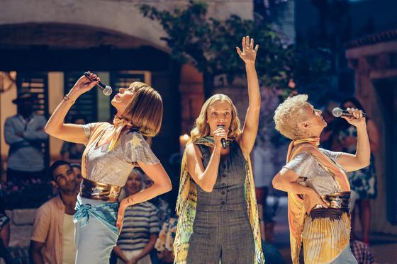 영화 '맘마미아!2'는 엄마 도나가 세상을 떠난 뒤 벌어지는 일을 다루고 있다. 사진은 도나의 딸 소피(가운데)가 엄마의 친구들과 함께 노래를 부르는 장면. [사진 UPI코리아]