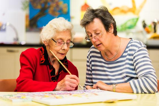 네덜란드 치매마을 호흐벡의 치매 노인(왼쪽)이 그림을 그리고 있다. [사진 호흐벡]