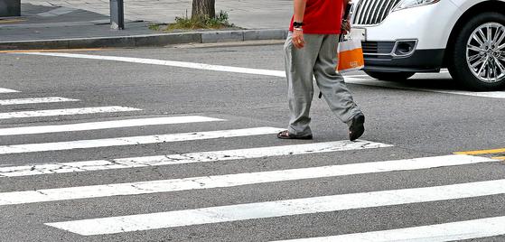 서울 종로 탑골공원 사거리에서 노인들이 느린 걸음으로 횡단보도를 건너고 있다.[중앙포토]