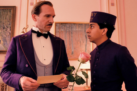 영화에서 가장 많은 비중을 차지하는 구스타브와 제로. 이 둘은 상사와 부하직원의 관계지만 때론 아버지와 아들 같기도 하다. 구스타브의 누명을 벗기는 과정에서 두 사람의 브로맨스를 볼 수 있다.
