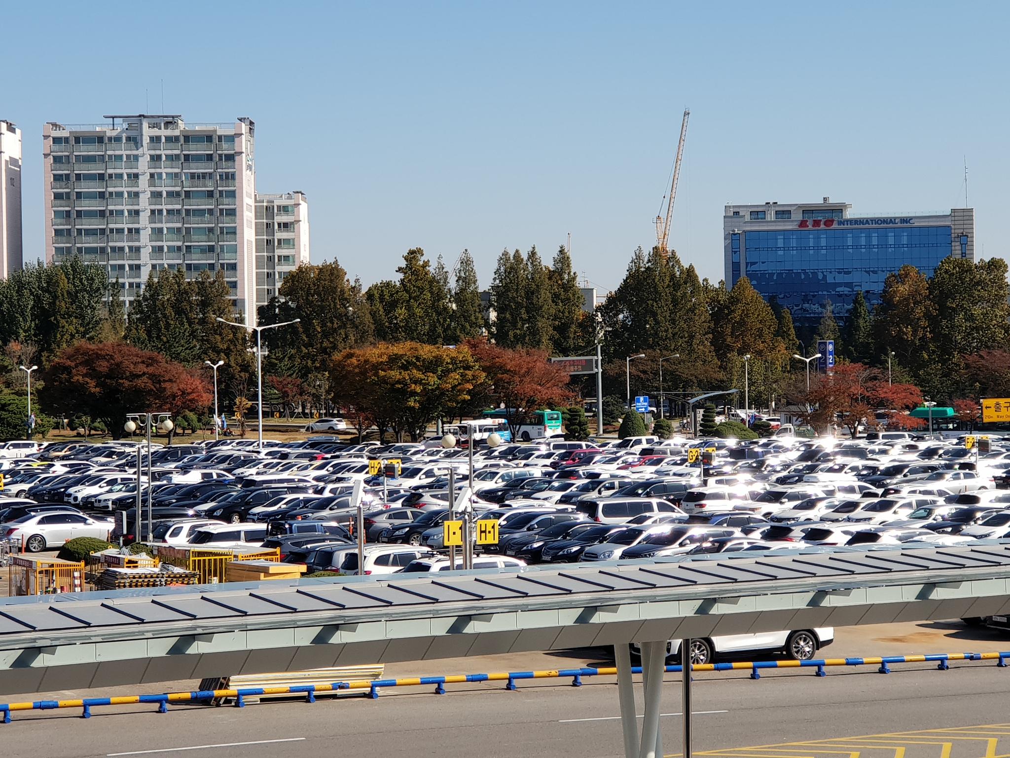 김포공항의 국내선 1주차장은 평일에도 주차할 공간이 없을 정도로 꽉 차있다. [강갑생 기자]