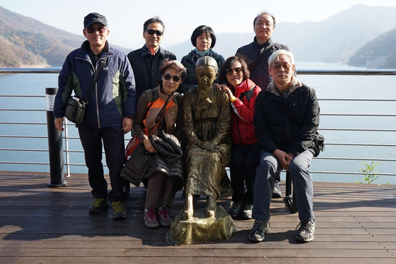 소양강댐 에서 에버영코리아 동료들과 함께. (앞 줄 좌측이 글쓴이) [사진 전순옥]
