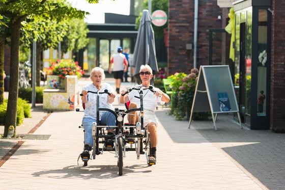 네덜란드 치매마을 호흐벡의 치매노인이 자전거를 타고 있다. [사진 호흐벡]