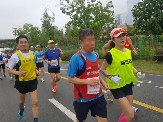 지난 5월 13일 제15회 소아암환우돕기 서울시민마라톤대회에서 처음으로 시각장애인의 페이스 메이커 역할을 했다. [사진 신호경]