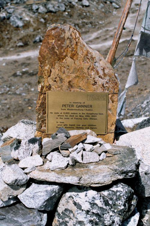 네팔 4900m의 두글라에 세워진 페터 간너의 추모비. '파상 갤루 셰르파의 품에 안겨 죽다'라는 문구가 새겨져 있다. 중앙포토