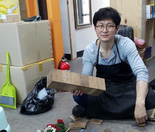 사업 실패 후 인생의 밑바닥에서 목수로 재기해 성공한 김학도 씨. '행복한 하루'의 중요성을 만끽하고 있단다. [사진 이상원]