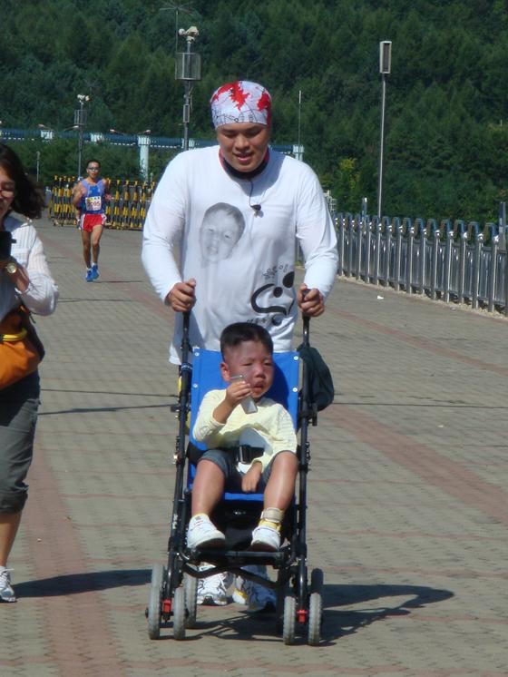 100kg이 넘던 시절 은총이와 마라톤을 시작했던 때. 한 걸음 한 걸음 포기하지 말자고 다짐했다. [사진 김여은]