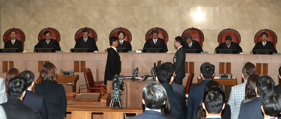 1일 오전 양심적 병역거부와 관련한 대법원 전원합의체 상고심에 김명수 대법원장(오른쪽 두 번째), 김소영 대법관(대법원장 왼쪽) 등이 참석하고 있다. 최승식 기자