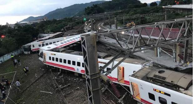 대만 북동부 이란현에서 지난달 21일(현지시간) 발생한 열차 탈선 사고 현장. [사진 페이스북]