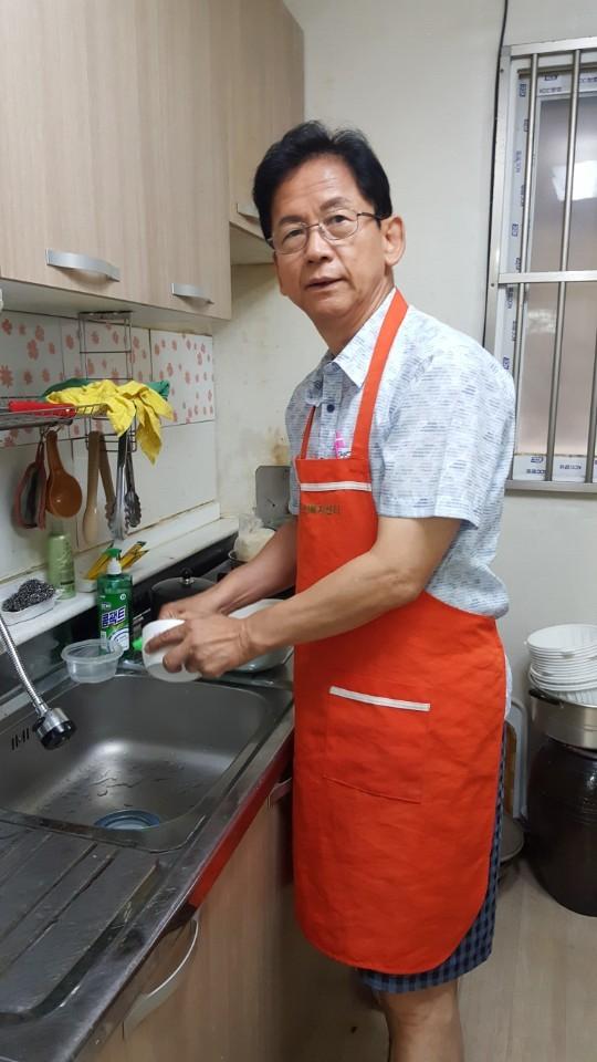 할머니 댁에서 설거지를 하는 모습. [사진 석의준]