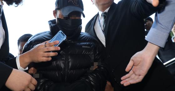 강서구 등촌동의 한 아파트 주차장에서 전처를 살해한 혐의를 받는 김모 씨가 25일 오전 구속 전 피의자 심문을 받기 위해 서울남부지법에 들어서고 있다. [연합뉴스]