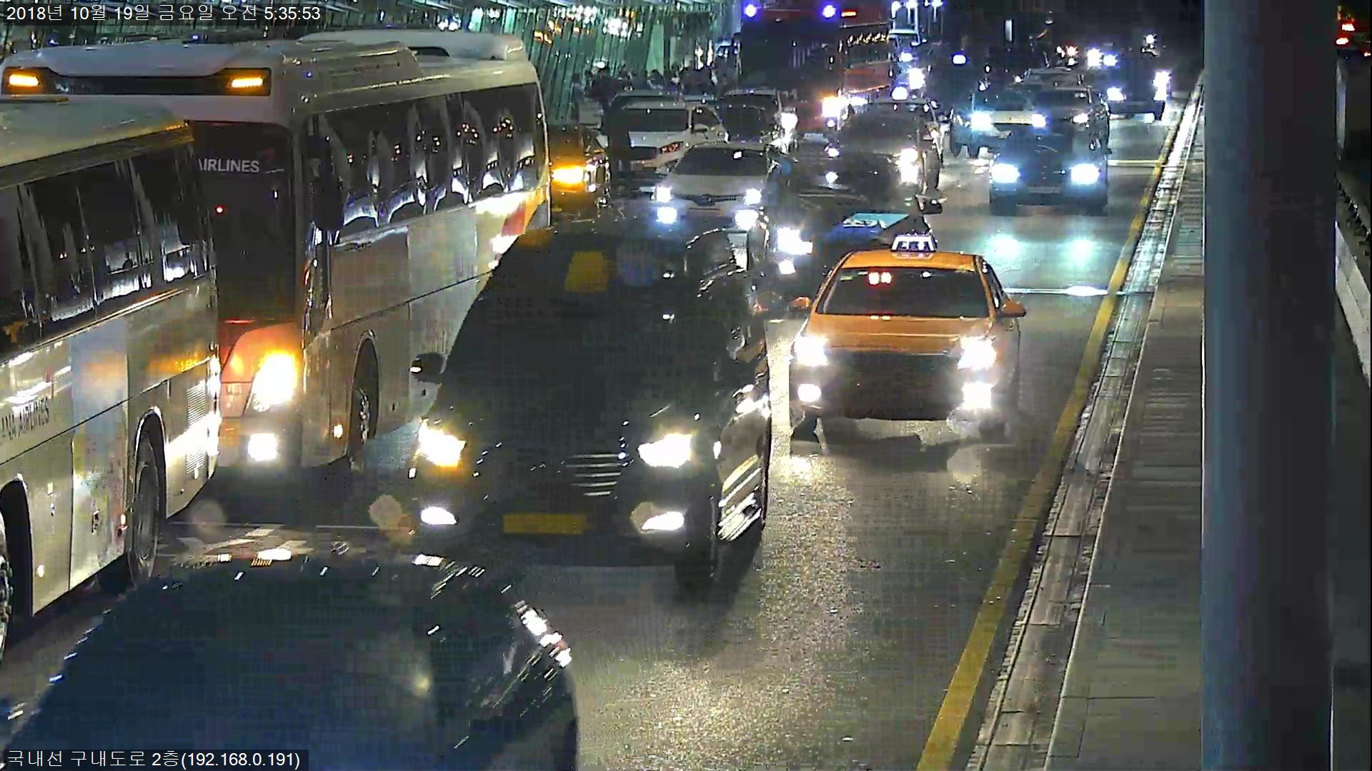 김포공항 국내선에 차량이 몰려 혼잡을 빚고 있다. [사진 한국공항공사]