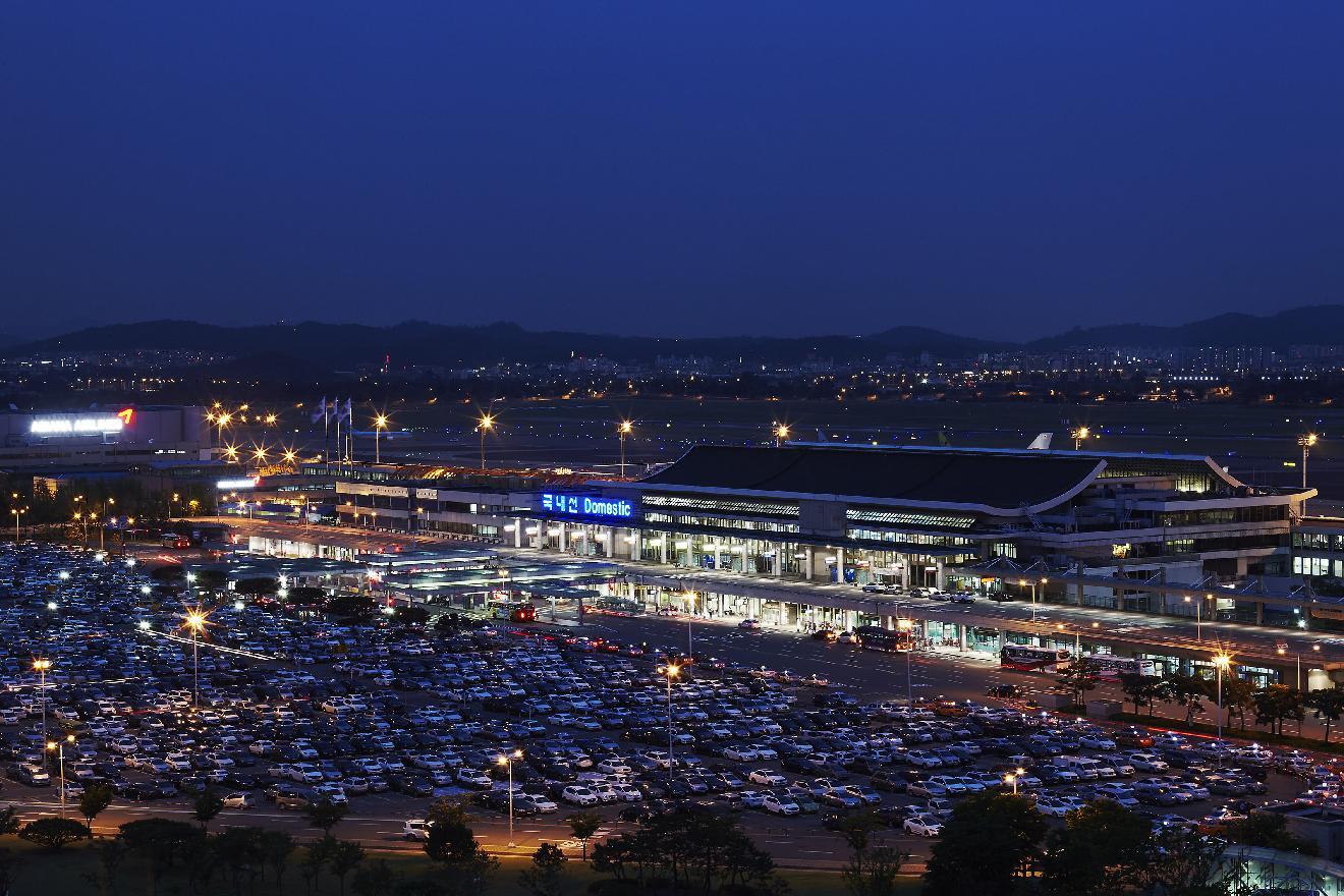 김포공항 국내선 주차장은 야간에도 빈자리를 찾아보기 힘들다. [사진 한국공항공사]