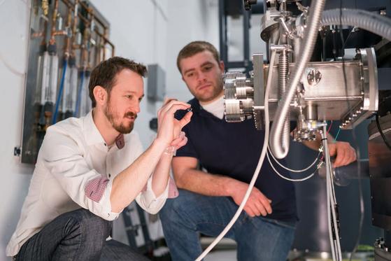 세계 최고 공대로 평가 받는 매사추세츠 공대(MIT)에서 이온가속기 실험을 하는 장면. [사진 MIT]