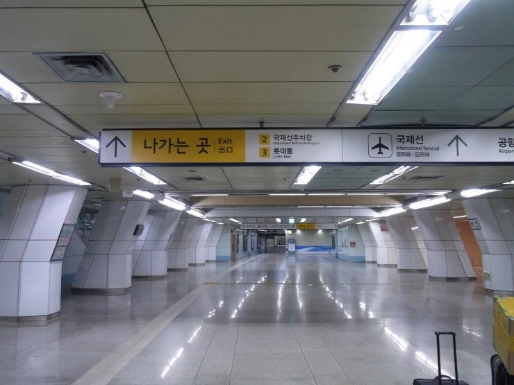 김포공항의 지하쳘역은 터미널까지 이동거리가 길어 불편하다는 지적이 많다. [중앙포토]