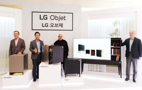 LG전자가 1일 'LG 오브제' 발표회를 열었다. 왼쪽부터 송대현 LG전자 H&A사업본부장(사장)과 최상규 한국영업본부장(사장), 스테파노 지오반노니 디자이너, 권봉석 HE사업본부장(사장). [뉴시스]