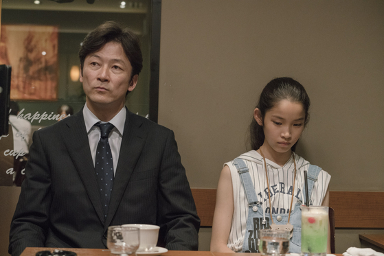 타나카(좌)와 사오리(우) 부녀. 사오리는 나이답지 않게 의젓하고 자기의 마음보다 다른 사람을 먼저 배려할 줄 안다. 어린시절 부모의 이혼으로 일찍 철이 들었는지도 모르겠다. [사진 영화사 찬란]