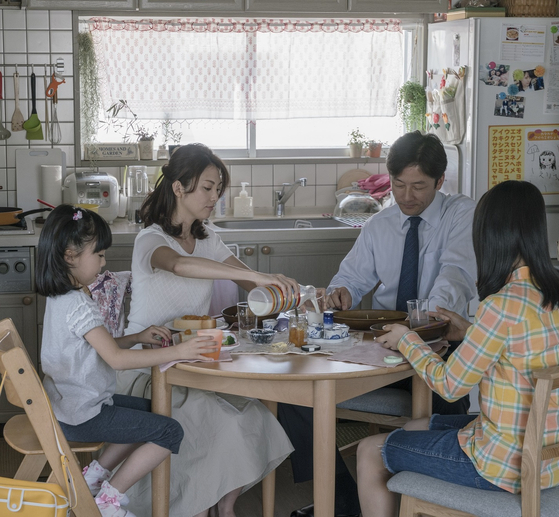 타나카 가족이 아침식사를 하고 있다. 이 가족이 계속 아침식사를 함께 할 수 있을지는 앞으로 가족들이 갈등을 어떻게 극복해내는지에 달려있다. [사진 영화사 찬란]