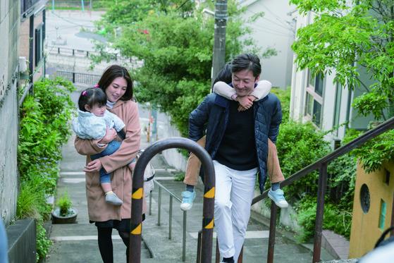 재혼 하기 전 타나카(우)가 나나에(좌)의 두 딸과 함께 즐거운 시간을 보낸 후 집으로 데려다주고 있다. 여기에서 타나카는 나나에에게 프로포즈 한다. [사진 영화사 찬란]